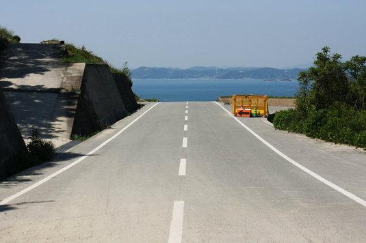 海に向かって道がぁ~