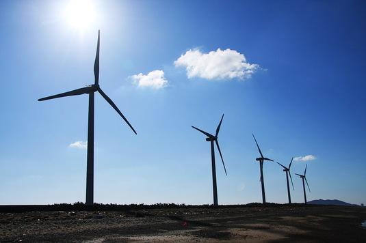 青空に映える風車