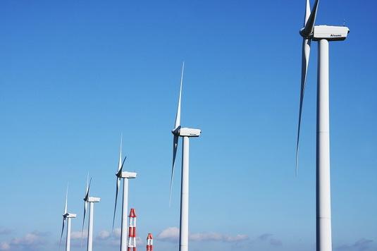 5基の風車と火力発電の煙突