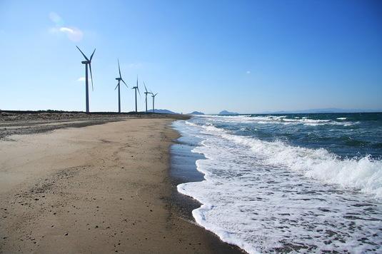 海岸に建つ風車