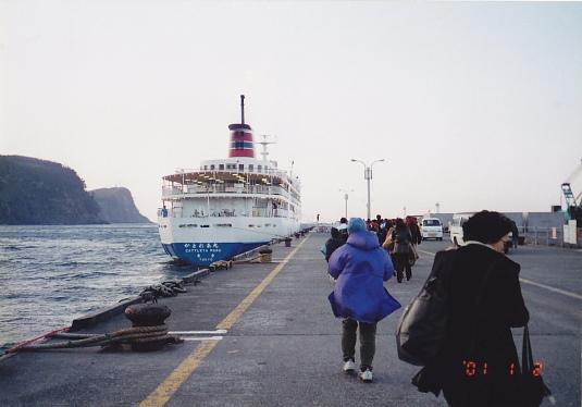 伊豆大島を離れる船