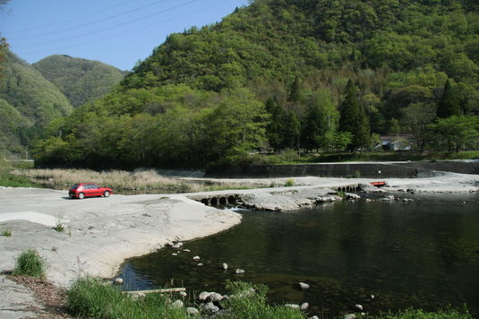 成羽川の妙な橋