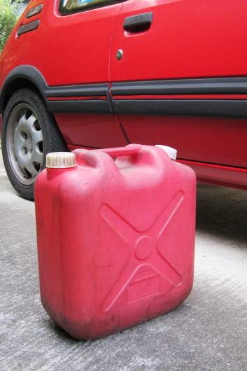 廃油を入れているポリタンク