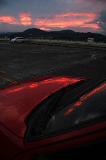 夕焼けが赤いボディに映る