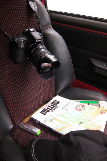 カメラと地図を傍らに