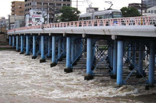 濁流の京橋