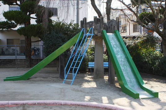 重厚な滑り台