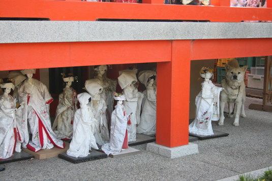 淡島神社の人形とポポ