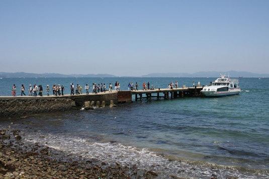 島に着いた船から多くの人がぁ