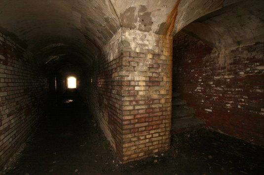 真っ暗の地下通路
